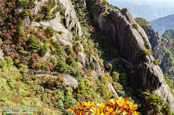 山上的岩石  描述已自动生成