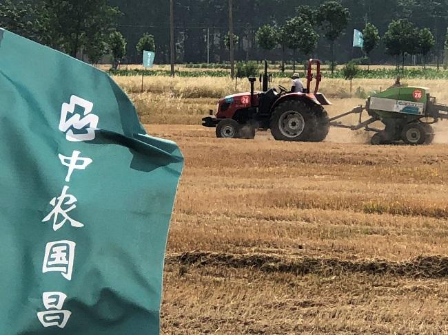 D:\宣传照片\中农装备农服精选照片-202009\秸秆打捆8.jpg