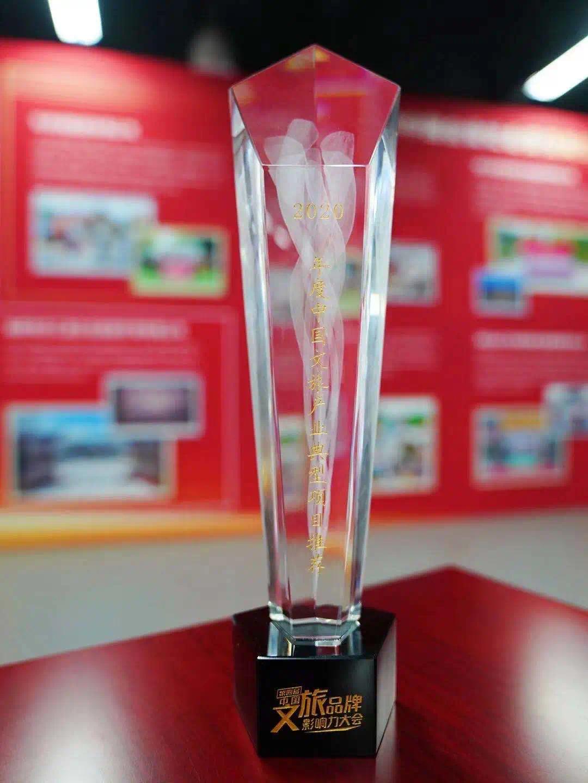 桌子上的玻璃杯  中度可信度描述已自动生成