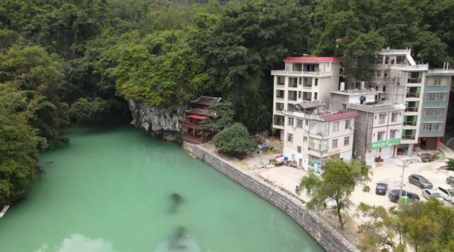 河边的房子  描述已自动生成