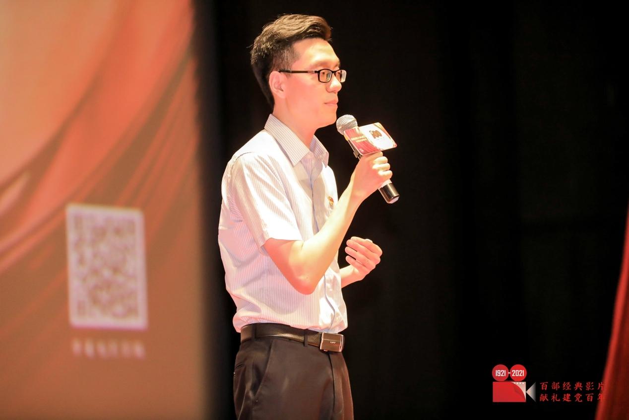 人在舞台上唱歌  中度可信度描述已自动生成